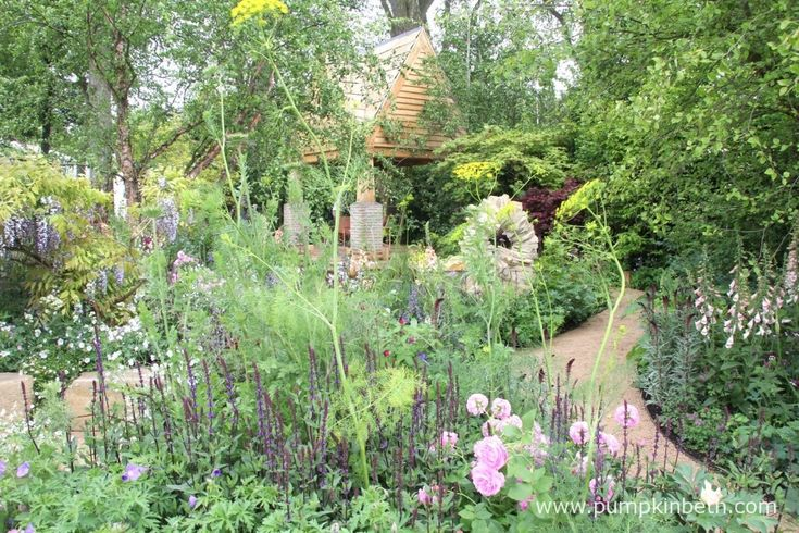 The M&G Garden was designed by Jo Thompson and built by S H Landscapes.  The garden featured a swimming pond and a building inspired by Rita Sackville-West's  writing room at Sissinghurst.