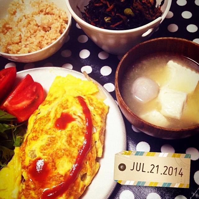 """今日の献立はよく参考にしている""""Eレシピ""""さまさまな献立´◡`  ・玉ねぎと挽肉のオムレツ ・ひじきの煮物 ・豆腐と里芋の味噌汁 - 44件のもぐもぐ - きょうの晩ごはん by Megumi Goto"""