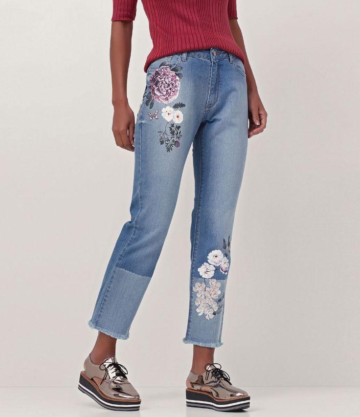 Calça feminina  Modelo reta  Com estampa floral  Marca: Marfinno  Tecido: Jeans  Modelo veste tamanho: 36     Medidas da modelo:     Altura: 1.74  Busto: 88  Cintura: 63  Quadril: 89       COLEÇÃO INVERNO 2017        Calça Jeans Feminina - Reta     A calça jeans reta, é o tipo de calça básica que toda mulher precisa ter no armário. É uma calça que combina com todo tipo de corpo, pois, alonga a silhueta e não marca muito. Você pode combinar esse modelo de calça mais tradicional com cores e…