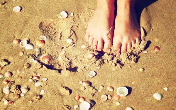 De leukste strandspelen #2 Schelpen zoeken: Zoek samen verschillende soorten schelpen en maak een mooie schelpenketting met je gevonden schelpen!