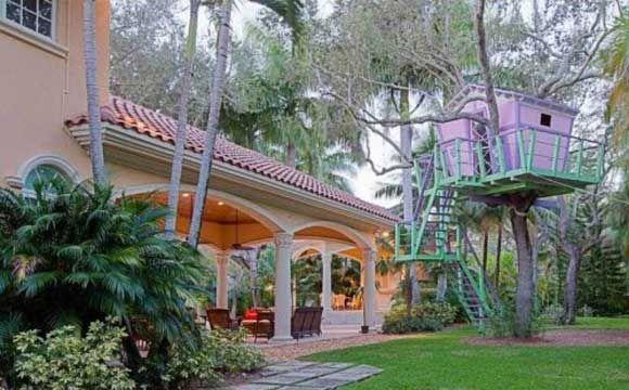 Na Flórida, esta casa está à venda por $ 4,4 milhões (R$ 9,8 milhões). A casa na árvore, nas cores verde e roxo, é uma diversão além da conta em Miami. O quintal dispõe de uma piscina no estilo resort e uma cascata. A casa principal tem seis quartos e seis banheiros