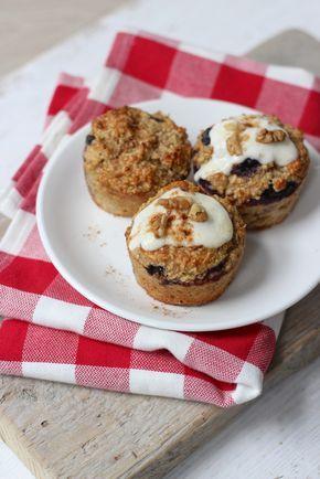 Ontbijtmuffins met yoghurt; 100 gr havermout 125 ml griekse yoghurt (met honing) handje blauwe bessen of frambozen 1 banaan 1.5 tl bakpoeder 1 ei handje pecannoten (of andere noten 1 flinke theelepel kaneel