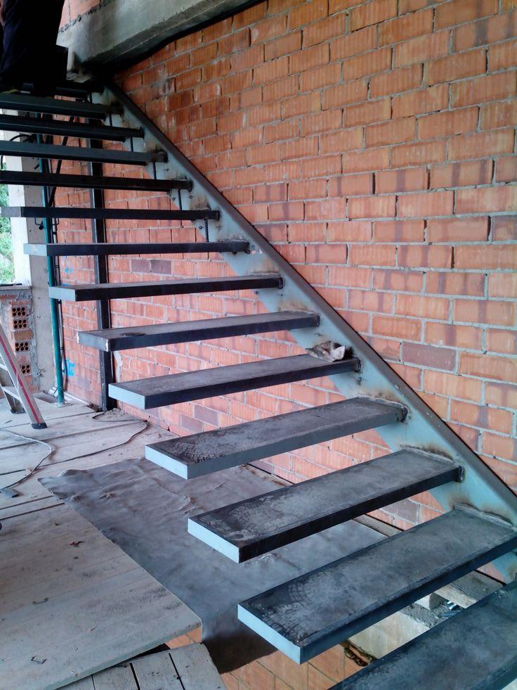 Ya están los escalones de la escalera soldados al perfil estructural, formando una escalera volada que presenciará el salón de la vivienda de Fo