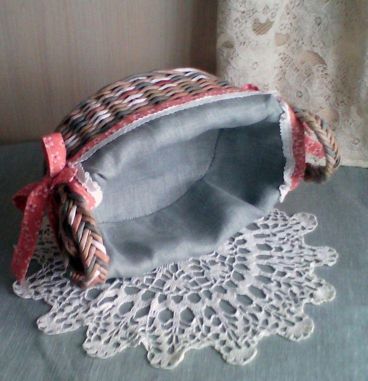 Хочу показать вам простой способ изготовления чехла - салфетки для овальной корзины, для круглой тоже шила по этому принципу. Возможн, такой способ уже кто-то показывал, но мне не попадался. Для чехла понадобится: ткань основная лен (можно хлопок); ткань для обработки края, хлопок с рисунком; кружево из хлопка; нитки в цвет ткани; ножницы; игла; и конечно, корзинка.