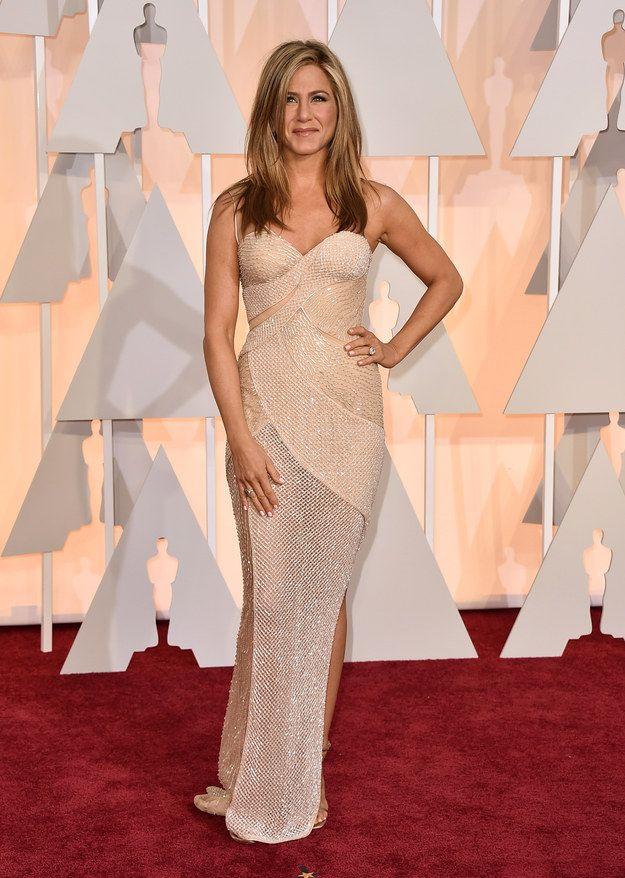 Jennifer Aniston en Versace. | Estos son los mejores vestidos que vimos en la alfombra roja de los premios Oscar 2015