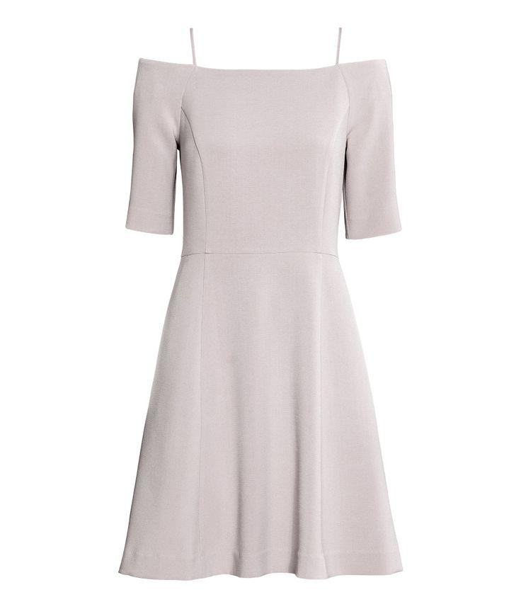 Helles Taupe. Schulterfreies Kleid aus Kreppstoff. Modell mit schmalen Trägern, kurzen Ärmeln und einem Silikonband oben. Teilungsnaht in der Taille,