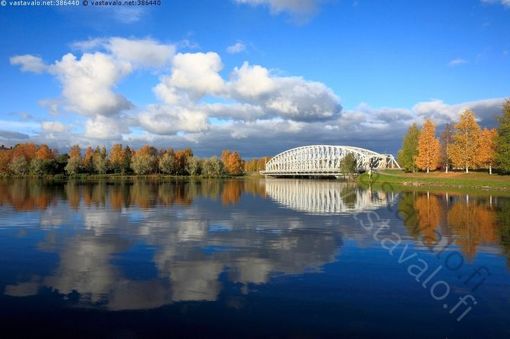 Oulujoki - Oulujoki Rautasilta joki virta silta terässilta rautatie pilvi poutapilvi symmetria peilikuva heijastus vesi ruska syksy värikäs keltainen sininen vihreä valkoinen syksy lokakuu luonto kaupunki maisema