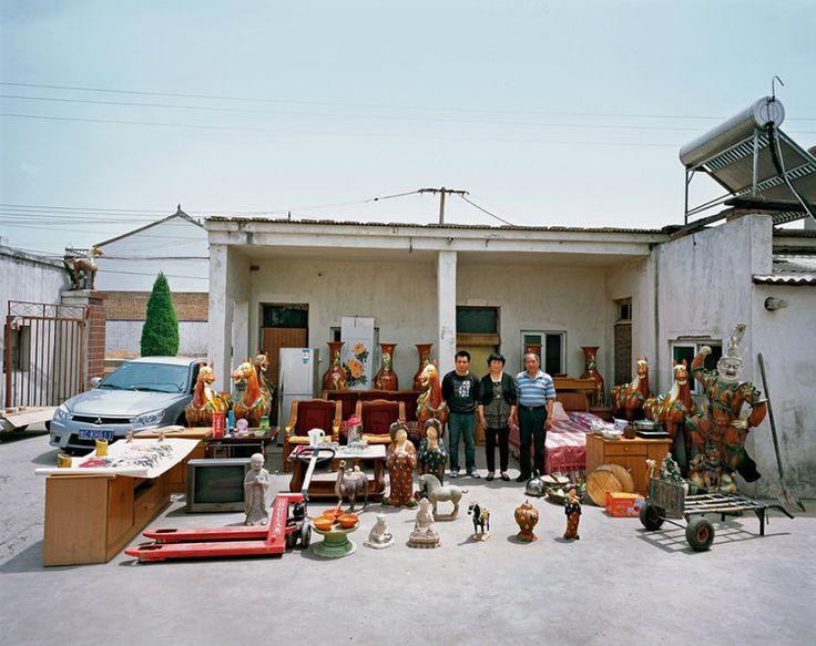 Подборка фотографий китайских семей на фоне всего, что у них есть