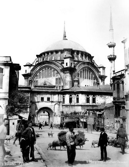 İkinci tepe: Nuruosmaniye Tepesi -İstanbul'u dinliyorum, gözlerim kapalı; Serin serin Kapalıçarşı, Cıvıl cıvıl Mahmutpaşa Güvercin dolu avlular, Çekiç sesleri geliyor doklardan Güzelim bahar rüzgarında ter kokuları; İstanbul'u dinliyorum, gözlerim kapalı. Orhan Veli