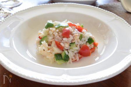ライスサラダは、初夏を迎えるにあたって炊飯器の中に中途半端にごはんが残っていたりする時にお薦めの1品。  「中途半端な量でどうしたらいいのやら?  新たに炊くのも面倒臭い・・・」と思う時に余り野菜を使ってひんやりヘルシーな  ライスサラダを作りましょう!