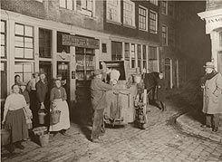 Mannen met de boldootkar - een spottende verwijzing naar het eau de cologne-merk Boldoot - tonnetjes aan het legen in Amsterdam (1900).