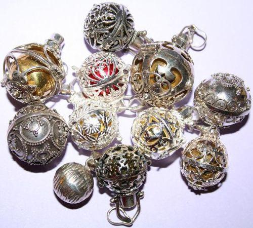 Un llamador de ángeles es una esfera redonda de plata de ley que emite un sonido armonioso cuando es agitada. Una leyenda le otorga la facultad de proteger y favorecer el bienestar a quien lo posee. Se lleva a modo de colgante en el cuello, aunque también puede ser ubicado en el hogar, preferiblemente en …
