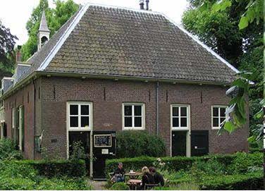 Vergaderen op Landgoed Amelisweerd Van dinsdag t/m vrijdag biedt de zolder van de theeschenkerij een eenvoudige maar fijne plek voor vergaderingen, lezingen en workshops. www.veldkeuken.nl (Bunnik)