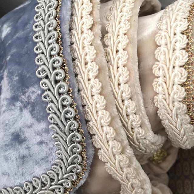 -dEtAiLs-  Vil du kjøpe/selge mine produkter? Ta kontakt på facebook.com/emiliethwin ✨  #detaljer #details #sleep #travel #sove #reise #travelmask #reisemaske #silk #silke #velvet #fløyel #gold #handmade #BIG #luxury #posh #Kampen #tøyen #grønland #oslo #oslove #norge #norway #madewith #love
