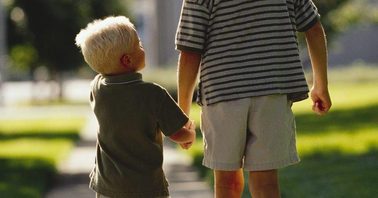Regalos para el hermano mayor. Encontrar un regalo para un hermano mayor o para un nuevo hermano grande puede ser una tarea difícil en las fiestas y cumpleaños. Inclínate hacia las cosas que te recuerdan al destinatario o que a él le recordarán buenos tiempos del pasado de tu familia. Recuerda que a veces a los hermanos mayores les gusta solamente saber de sus hermanos ...