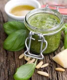 Ingredientes para 4 pessoas (tempo de preparação: cerca de 20 minutos) 50 gramas de manjericão (folhas apenas) 2 dentes de alho 100 ml de a...