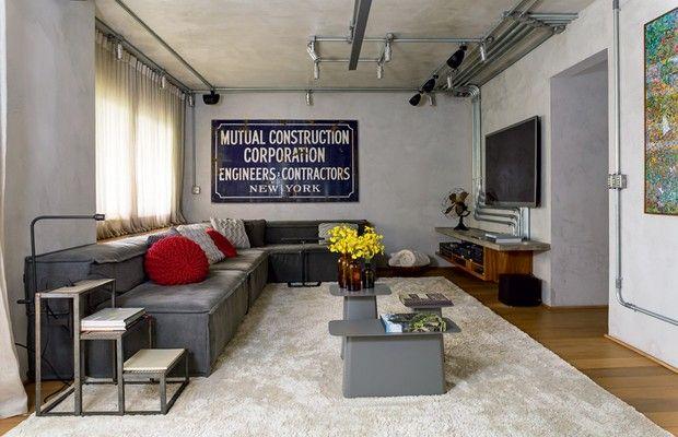 Apartamento equilibra o estilo industrial com madeira e móveis de família