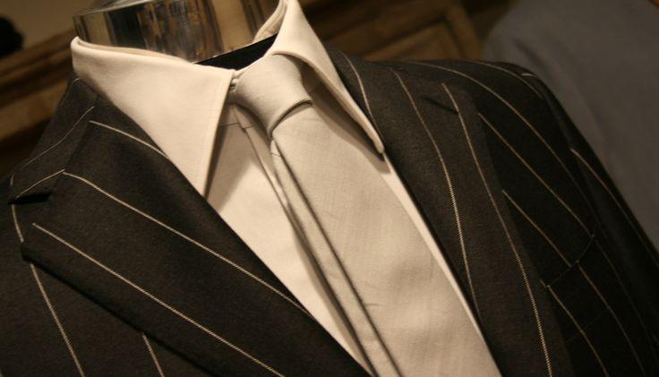 Abito gessato con cravatta in seta color champagne di Veri Sarti | Pinstriped suit and silk tie by Veri Sarti#verisarti #pinstripedsuit #silktie #manswear