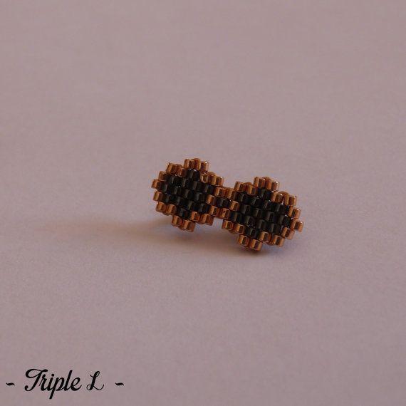 ~ DESCRIPTIF ~ Cette broche est composée dun tissage en perles Miyuki et dun support de broche. Couleurs des perles : doré et une couleur au choix Dimensions du noeud : 2,2 cm de long et 1 cm de large. ~ MATERIEL UTILISE ~ - Perles Miyuki - Support de broche en métal bronze  ~ ENVOI ~ Les bijoux sont envoyés en courrier suivi dans une enveloppe en papier bulle et soigneusement emballés.  ~ PRECAUTIONS DUSAGE ~ Ce bijou est fait à la main et avec soin. Les perles en verre sont fragiles. Ne…