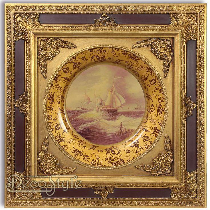 Porseleinen Renaissance Bord in Klassieke lijst - Zeilschepen  Deze wandversiering bestaat uit een porseleinen Renaissance bord met in het midden een afbeelding van zeilschepen. De rand van het bord heeft een fragiel motiefje. Het geheel is stijlvol omkleed met een klassieke houten goud/zwart kleurige lijst. Deze lijst is uitbundig, maar verfijnd versierd. Door de vorm van het bord ontstaat er een mooie mate van diepte in deze bijzondere muurdecoratie. Een prachtige aanwinst voor ieder…