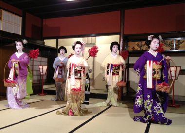 <祇園一力亭>祇園のなかでも最も由緒あるお茶屋のひとつ。つい先日も友人の誕生会の宴で、一力さんにお邪魔しました。久しぶりに伺って改めて素晴らしさを実感。近藤勇、大久保利通、西郷隆盛も通ったと言われる空間や、芸妓さん、舞妓さんの歌舞音楽は、やっぱり日本の伝統です【25ans編集長 十河ひろ美】  http://lexus.jp/cp/10editors/contents/25ans/index.html  ※掲載写真の権利及び管理責任は各編集部にあります。LEXUS pinterestに投稿されたコメントは、LEXUSの基準により取り下げる場合があります。