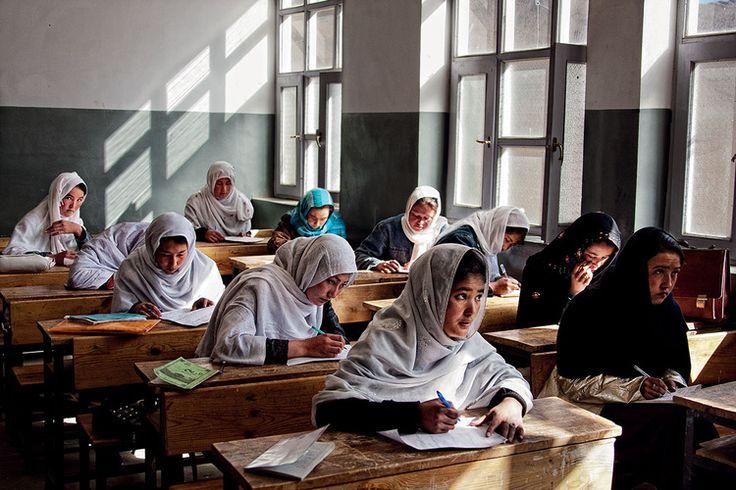 Uczennice podczas egzaminu semestralnego w szkole średniej w Sabzak. Malestan, Afganistan. fot. Marcin Suder