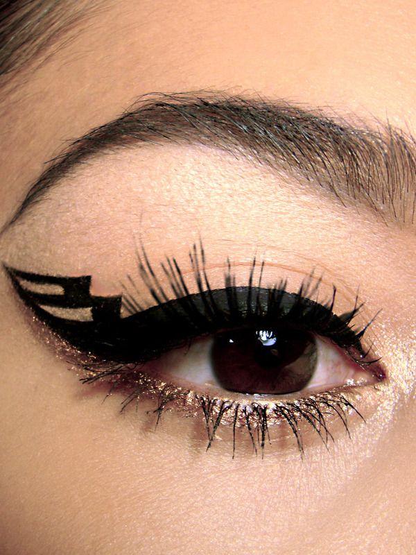 Graphic eyeliner and gold glitter #bold #eye #makeup #eyes #glitter