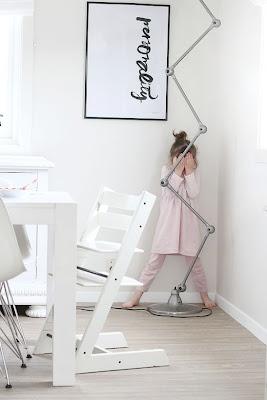 Livingroom, ylva skarp print, jielde lamp, stokke children`s chair, eames