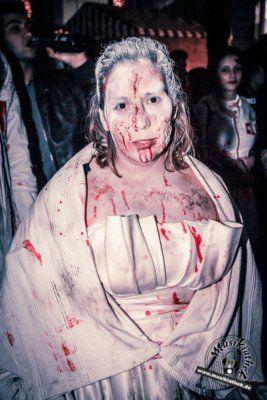 33 der gruseligsten Halloween Kostüme. Diese sind gleichzeitig auch eine tolle Idee für die diesjährige Halloween Party, oder was meint ihr? :) Zombie Braut - gesehen auf dem Zombiewalk - Kostüm & Makeup könnt ihr einfach selber machen. Foto: David Hennen. Besucht die Webseite für weitere Infos und Outfits.