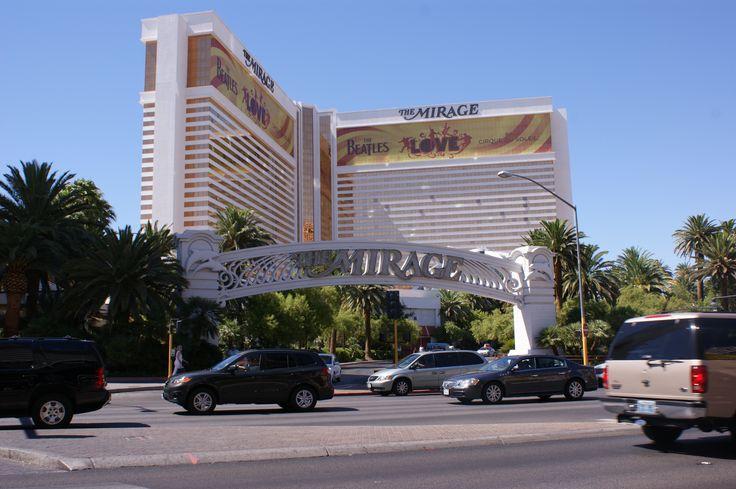 L'hôtel The Mirage. Un des premiers grands complexes hôteliers de Las Vegas. On y trouve un aquarium de 90 000 litres environ, des dauphins, un habitat pour les tigres blancs, mille palmiers de vingt mètres de haut et un volcan artificiel entrant en éruption régulièrement. L'intérieur est principalement orné de marbre.