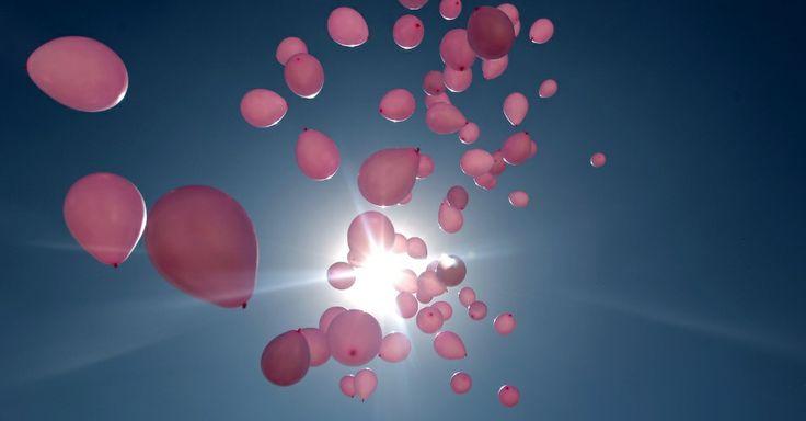 """Balões sobrevoam a cidade de Sanaa, durante a campanha anual """"Mês da consciência do câncer de mama"""","""