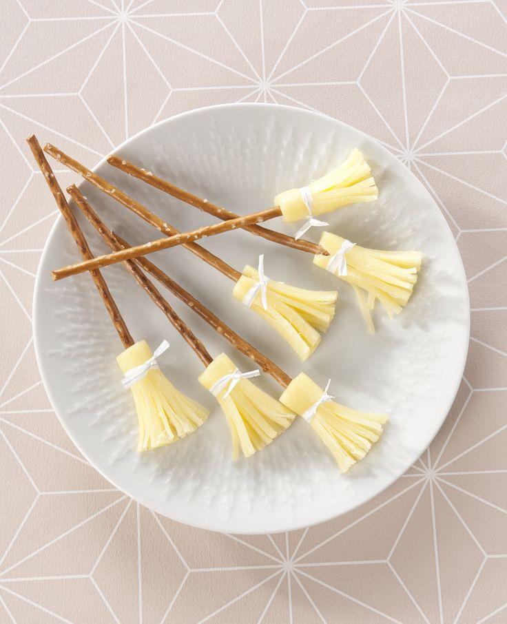 Zien deze bezems er niet leuk uit? Je kunt ze gemakkelijk maken met kaas en zoute stokjes. We leggen uit hoe je dit doet. Dit heb je nodig: Zoute sticks Cheesestrings Sluiting van boterhamzakjes Zo maak je het: Snijd de…