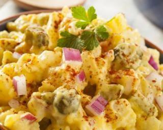 Salade de pommes de terre légère aux épices et au yaourt : http://www.fourchette-et-bikini.fr/recettes/recettes-minceur/salade-de-pommes-de-terre-legere-aux-epices-et-au-yaourt.html
