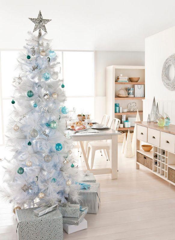 Deze week zag je al verschillende houten kerstbomen voorbij komen op showhome. Ik wil je graag verschillende witte kerstbomen laten zien.