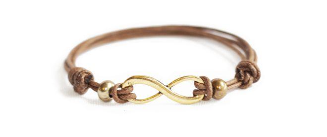 Muy fácil de hacer tu mismo, una pulsera de cuero con nudo corredizo que está muy de moda :) en muysencillo.com