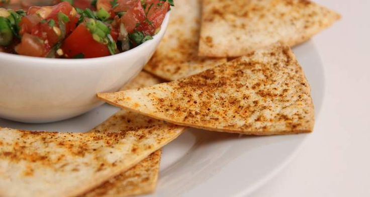 Zelfgemaakte tortilla chips uit de oven zijn heel makkelijk en snel gemaakt met kant en klare tortilla wraps en een heerlijk kruidenmengsel.