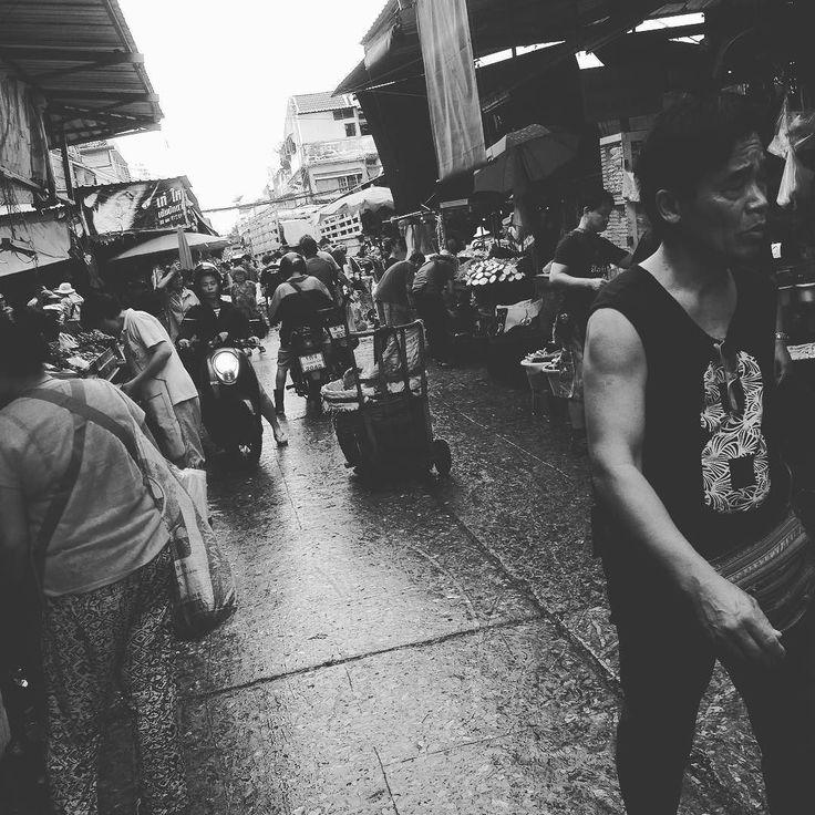 今日も市場で果物を調達   服の匂いが...   未だに市場の匂いがなれず鼻をふさいで歩いてしまうことがありますが  こういう匂いも全部毎日やればちゃんと慣れるんでしょうね;   モノクロだと違う味がでますねw   #市場 #果物 #散歩 #thailand #bankoku #タイ #バンコク #健康 #cocoacana