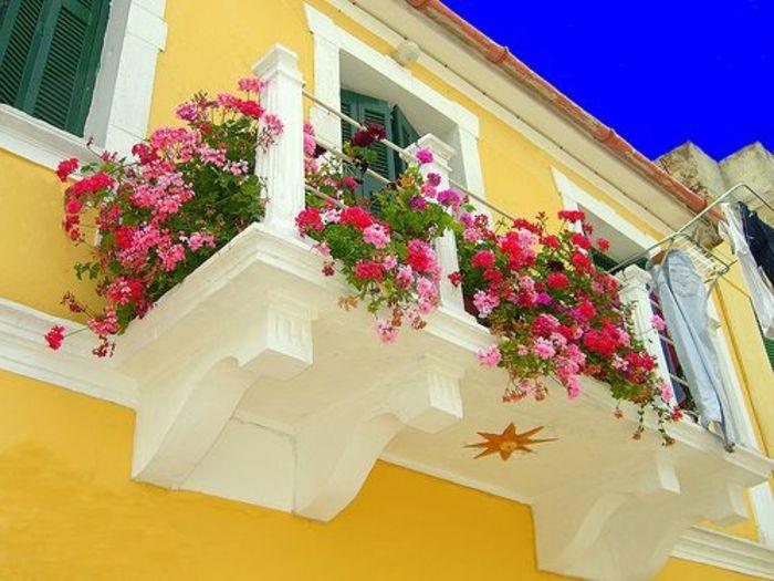 plantes pour balcon, un joli extérieur, maison jaune avec beaucoup de fleurs