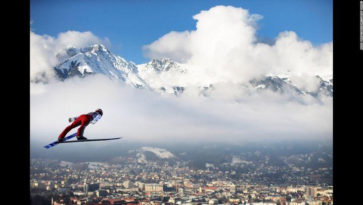 El saltador con ski alemán Andreas Wank se eleva por los aires  el domingo 3 de enero, durante el torneo Four Hills en Innsbruck, Austria.