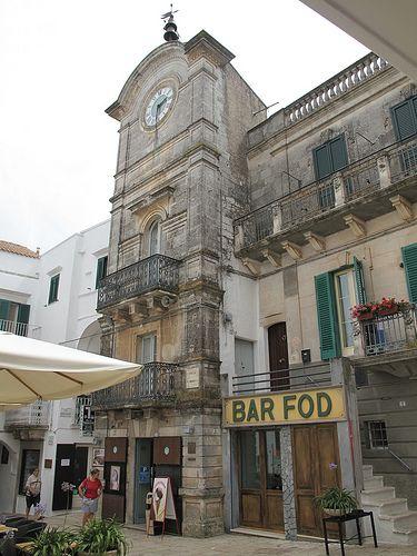 La piazza principale del centro storico di Cisternino.