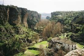 Het dorpje Alhama de Granada ligt op een dik uur rijden van Casa Las Peñas. Je komt in een totaal andere wereld (ook andere provincie) en kan prachtig wandelen doorheen de kloof (7 km). Er is ook een natuurlijke warmwaterbron.