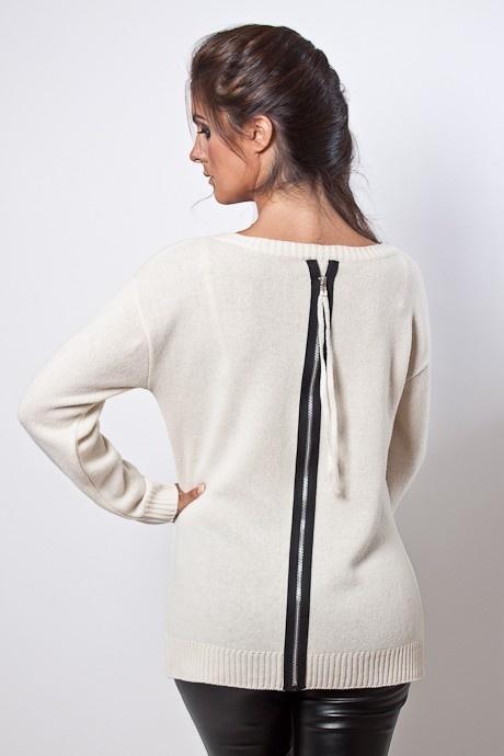 Sweater cierre en espalda, corto adelante largo atrás. Con detalle de cierre superpuesto en color negro, con un aplique de cordón en el tono de la prenda. Cuello base Terminaciones de puños elásticos