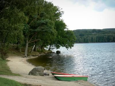 Le Lac des Settons (Nièvre) Construit entre 1854 et 1861 pour réguler le débit de l'Yonne et faciliter le flottage du bois jusqu'à Paris, le lac des Settons est situé au coeur du massif du Morvan, près de Montsauche-les-Settons. Retenu par une digue de pierre unique en son genre, ce plan d'eau de 367 hectares offrent des rives calmes et boisées, plantées de sapins et de mélèzes. Baignade surveillée en juillet et août sur les plages de la Presqu'île et de la Cabane Verte.