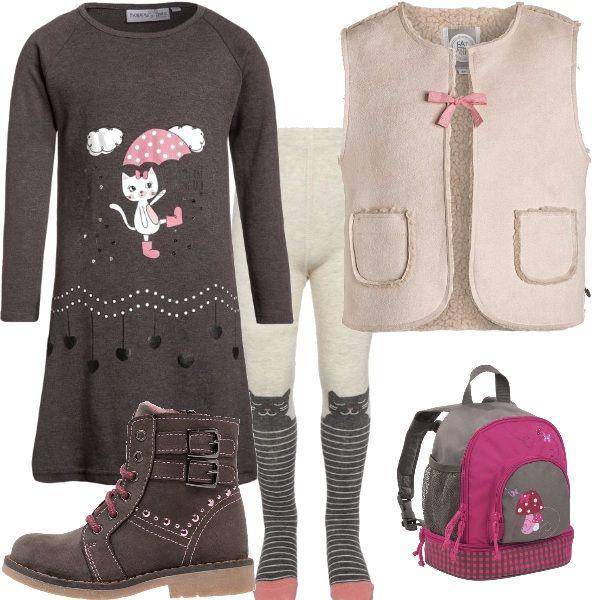 Un abitino grigio scuro a maniche lunghe, con la stampa di una deliziosa gattina che passeggia allegra sotto la pioggia. I collant sono molto originali, con le stesse tonalità del vestitino, e la sagoma di un gattino disegnata sulle ginocchia. Ho scelto un paio di scarponcini fumo, comodissimi, con lacci e brillanti rosa. Viste le temperature più fresche al mattino, un dolce smanicato chiuso da un fiocchetto rosa. Per renderlo perfetto per l'asilo, uno zainetto con dei simpatici funghetti.