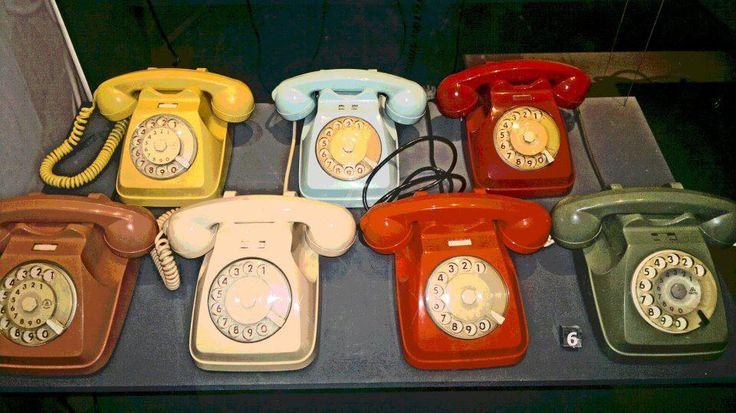 Se ne vedono sempre meno, sono i telefoni anni 80! Ce ne sono di tutti i colori, ma il classico era quello grigio. Niente tasti, per comporre i mumeri bisogna ruotarli fino al click. Ricordo ore e ore al telefono, giocando con il filo della cornetta.