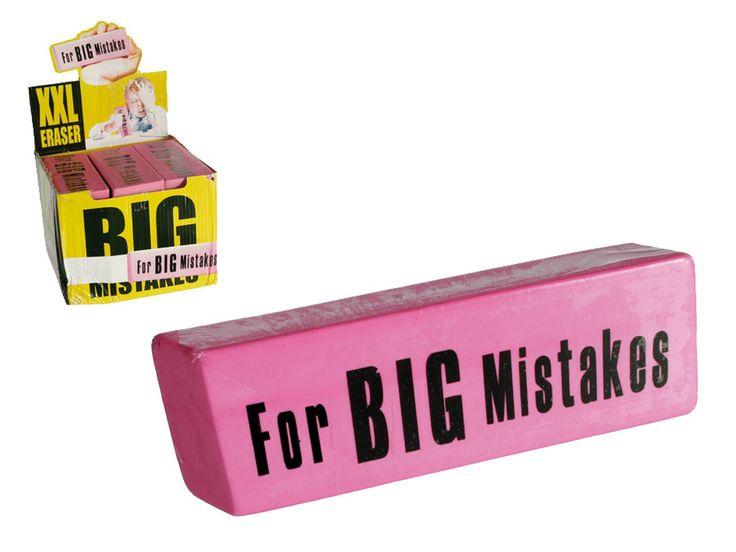 Big Eraser.  Een grote gum voor grote fouten. Alhoewel, het is natuurlijk erg grappig om met deze mega gum te gummen. Neem hem mee naar school of naar je werk en wat zal iedereen opkijken. Natuurlijk hopen we dat je de gum niet al te veel nodig hebt.