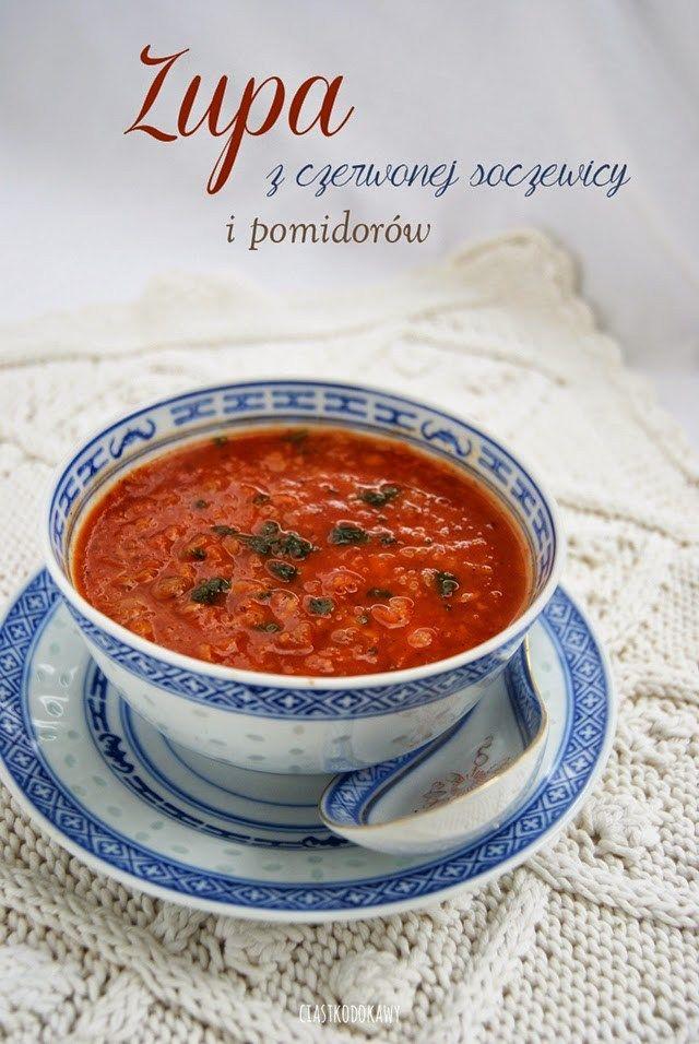 zupa z soczewicą i pomidorami Składniki:      bulion: wiązanka jarzyn (3 marchewki, 2 korzenie pietruszki, kawałek selera, łodyga poru, liście natki pietruszki i cebula) gotować około 2 godziny w 2 litrach wody razem z kilkoma ziarnami ziela angielskiego i liśćmi laurowymi – można zamiast tego użyć wodę;     warzywa: 2 marchwie, 1 pietruszka, kawałek selera (te z bulionu lub surowe, jeśli używamy wody);     3/4 szklanki soczewicy (u mnie czerwona i zielona);     1 cebula;     1 ząbek…