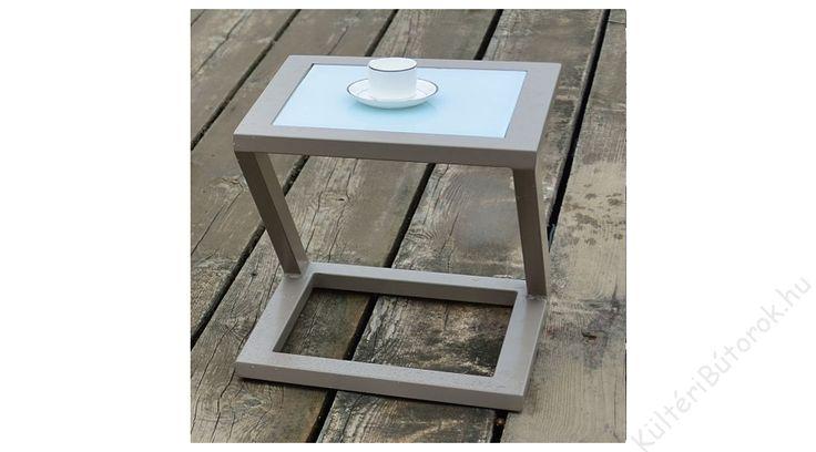 Csodás napunk van ma is, ismét kisütött a nap. Nincs is jobb mint a kertben vagy a teraszon eltölteni egy kis időt. 8|  Mérete: 45x45x45 cm alumínium váz asztallap üveglappal Kiváló minőségű, időtálló vendéglátóipari bútorok akár otthoni felhasználásra is!