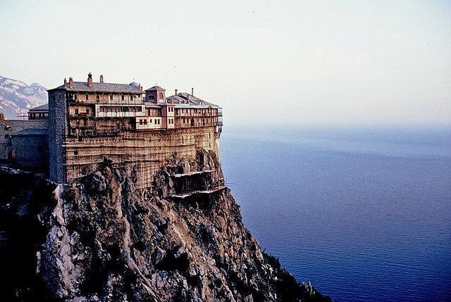 【ギリシャ】シモノペトラ修道院。ギリシャ北部、ハルキディキ半島にある東方正教会の修道院。13世紀に創設され、聖地アトス山に位置する半島南岸、海面から約330メートルの高さの断崖の上に建造されました。