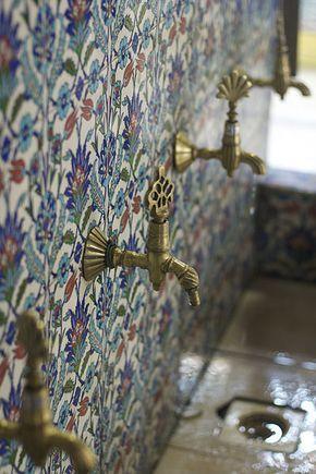 Azulejos turcos con preciosos grifos de latón antiguo. Quizá para unos baños públicos, quizá para una pequeña fuente en el jardín. Comentado por Mabel Puche Interiorismo.